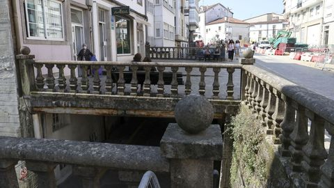 Bajo las pasarelas está todo hueco. Algunas de las pasarelas se usan como terraza de locales de hostelería