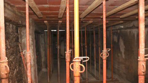Imagen del interior del trastero, que está cerrado con una pared de madera. Los puntales fueron colocados hace unos días, ante el temor de que las obras en la calle dañarán la placa y se viniera todo abajo