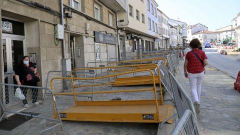 Bajo esta superficie, que completa la rúa Concheiros, está hueco. Las rejillas que se ven en el suelo son la única ventilación de las viviendas, habilitadas en los sótanos