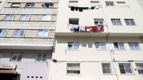 Vista trasera de los edificios, en los que se habilitaron viviendas en los sótanos. Las tres que dan hacia Triacastela tienen ventanas. El piso, donde se ve la ropa colgada, corresponde con el primer piso del edificio que queda al nivel de la calle Concheiros