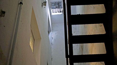 En la parte superior pueden verse las rejas de ventilación que se ven en la calle