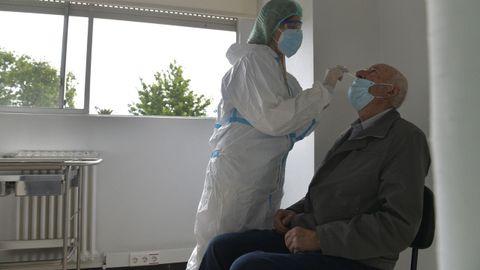 Recogida de muestras para una PCR en el Hospital Juan Cardona