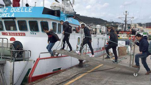 Alumnos de cursos de FP dual en los que se implicaron organizaciones de armadores de Celeiro y Burela, entre otros, subiendo a uno de los pesqueros donde completaron su formación (foto de archivo)