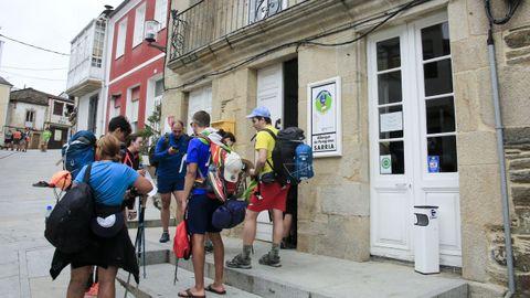 Peregrinos a las puertas del albergue público de Sarria