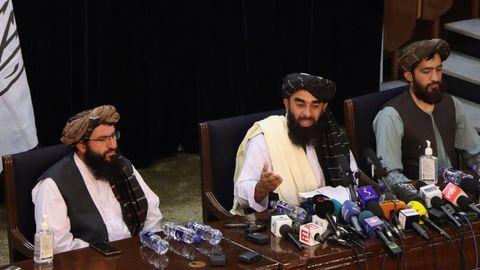 El portavoz de los talibanes, Zabihullah Mujahid, durante la rueda de prensa que ofreció el pasado 17 de agosto en la capital afgana, Kabul