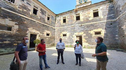 De izquierda a derecha, el director general de Cultura y Patrimonio, Pablo León; el teniente de alcalde de Villanueva, Iván Prieto; el alcalde, Abel Lastra; la consejera de Cultura, Berta Piñán, y el cronista de la localidad, José Antonio Castrillón en el monasterio de Villanueva de Oscos