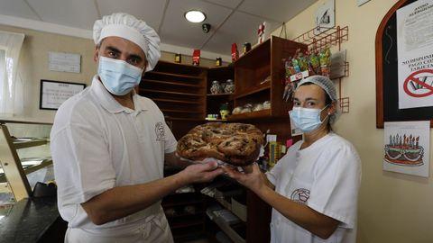 David Fernández y Vanesa Maseda, de la pastelería barreirense, con un carolón