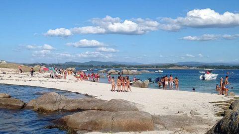 Bañistas en el islote de Areoso, en una imagen de archivo