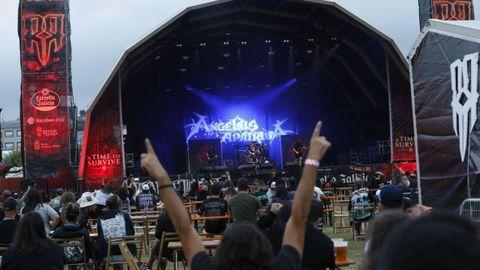 El público debe mantenerse sentado durante los conciertos; en la imagen, la banda Ángelus Apátrida en plena actuación.