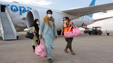Refugiados afganos llegando a la Base Aérea de Torrejón de Ardoz en Madrid