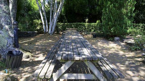El parque ornitológico cuenta con mesas y bancos para meriendas en varios lugares