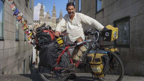 El argentino Pablo García, con la bicicleta con la que está dando la vuelta al mundo