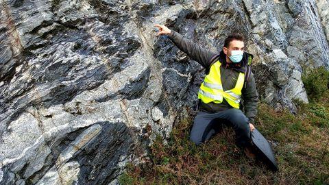 Fran Canoso, geólogo que muestra las particularidades de las rocas en diversas rutas geológicas