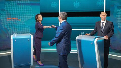 Baerbock y Laschet se saludan ante Scholz antes del debate televisado.
