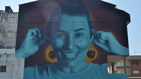 La cereza, un producto emblemático del municipio de de Ribas de Sil, protagoniza un mural pintado en San Clodio por el artista Mon Devane