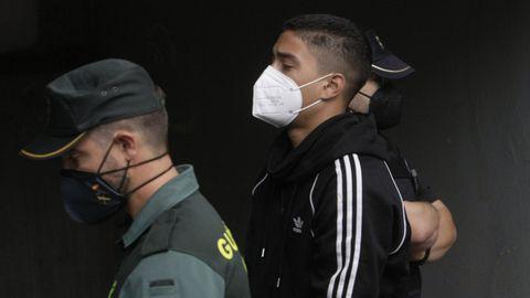 Imagen de uno de los detenidos por el crimen de Samuel Luiz entrando en los juzgados