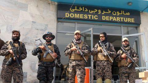 Las fuerzas talibanes montan guardia un día después de la retirada de las tropas estadounidenses del aeropuerto internacional Hamid Karzai