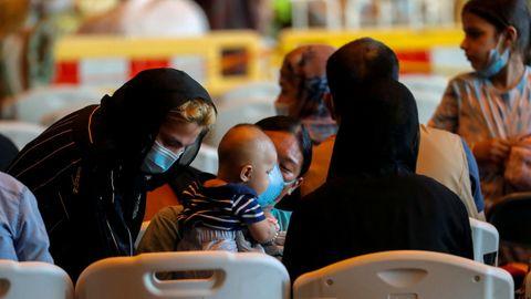 Evacuados de Kabul descansando después de llegar a la Base Naval de Rota