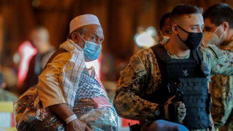 Ciudadanos afganos llegando a la Base Naval de Rota, en España