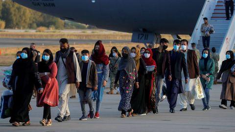Ciudadanos afganos, evacuados de Kabul, desembarcando del avión de las fuerzas aéreas de los Estados Unidos.Ciudadanos afganos a su llegada a la Base Naval de Rota, España