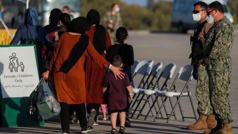 Ciudadanos afganos a su llegada a la Base Naval de Rota, España
