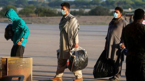 Ciudadanos afganos llegando a la Base Naval de Rota, España