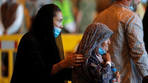 Afganos tras llegar a Rota, España.Ciudadanos afganos a su llegada a la Base Naval de Rota, España