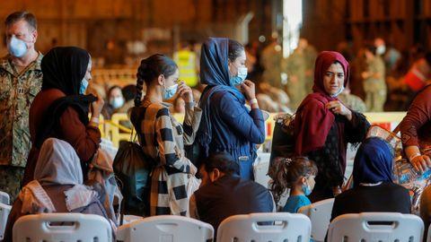 Mujeres afganas a su llegada a Rota (España) tras ser evacuadas de Kabul