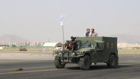Las fuerzas talibanes patrullan en una pista de aterrizaje un día después de la retirada de las tropas estadounidenses de Kabul