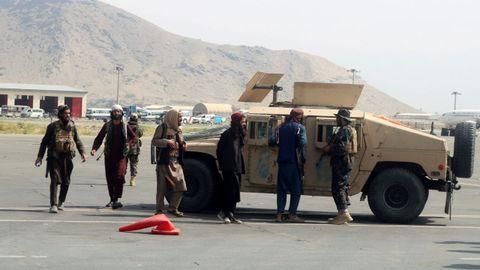 Las fuerzas talibanes patrullan en una pista de aterrizaje un día después de la retirada de las tropas estadounidenses