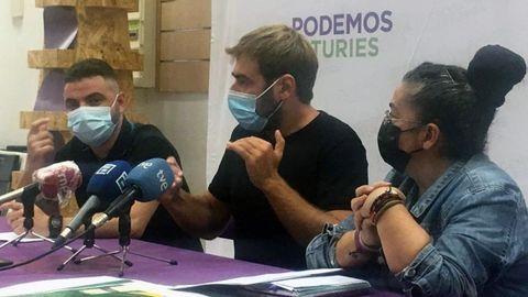 El secretario general de Podemos Asturies, Daniel Ripa, y los portavoces de la formación Cristina Tuero y Francisco Suárez