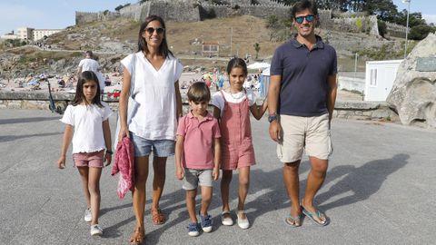 Cristina, Jorge y sus tres hijos, Cristina, Ana y Javier este agosto en Baiona