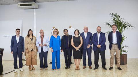 Adriana Domínguez y Adolfo Domínguez posaron antes de la junta de accionistas con los consejeros salientes y entrantes