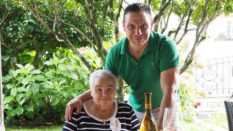 Manolo, gerente de Casa Abelleira, con su madre, Evangelina