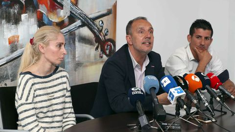La madre de Yéremi, su abogado, y el padre del niño en una rueda de prensa en el 2018