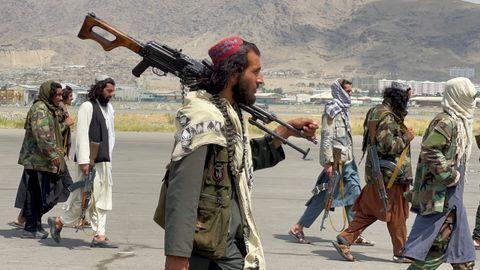 Las fuerzas talibanes patrullan en una pista del aeropuerto de Kabul un día después de la retirada de las tropas estadounidenses.