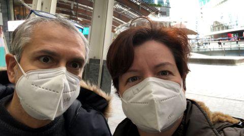 Elena Ferradás, de Rodeiro, y su marido, Giorgio, en la plaza Gae Aulente en Milán
