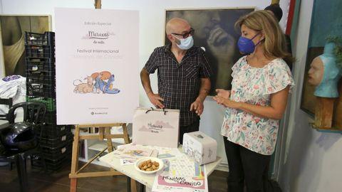 El pintor Edu Hermida y Sandra Suárez, de Maruxas de Nata, presentaron la edición especial de los dulces dedicada a las Meninas. Parte de lo recaudado con su venta se destinará a promover el arte en el barrio alto