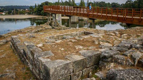 En la desembocadura del río Te se encuentra el Castelo da Lúa. Al lugar se puede acceder desde el paseo marítimo que empieza en la playa de la Torre, por lo que invita a hacer una tranquila caminata por la zona