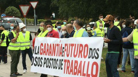 Trabajadores de Ence concentrados delante de la Xunta durante la reunión de los comités con el conselleiro de Industria
