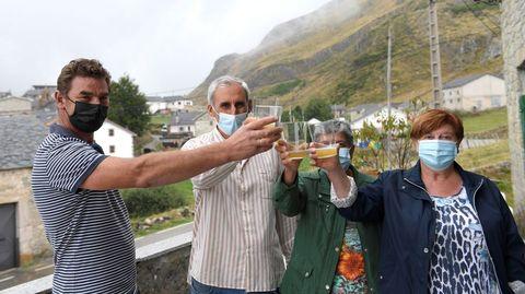 Vecinos de Santa María del Puerto celebran el premio al pueblo ejemplar