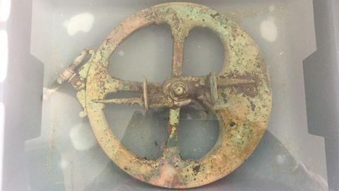 De cobre, 21 centímetros de circunferencia y 4,92 kilos de peso, el astrolabio está siendo sometido a un tratamiento en Viveiro por el equipo de la Fedas que lo descubrió y lo recuperó