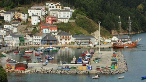 Ría y pueblo de O Barqueiro.