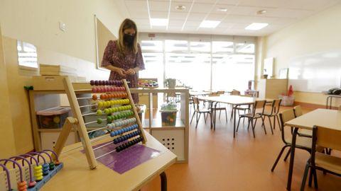 Profesora del CEIP Novo Mesoiro (A Coruña) prepara el aula para la vuelta de los alumnos y alumnas a clase este lunes