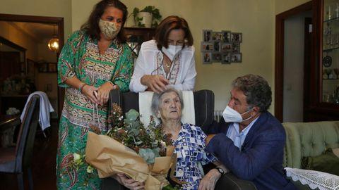 El alcalde de Pontevedra, Miguel Anxo Fernández Lores, felicita por su 103 cumpleaños a Carmen Fernández Amil