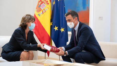 La fiscala general del Estado, Dolores Delgado, entrega al presidente Pedro Sánchez la Memoria Anual de la Fiscalía