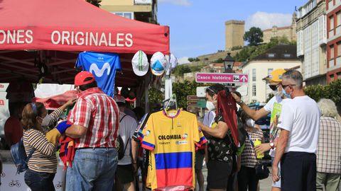 Público en el puesto oficial de La Vuelta, instalado en la calle Cardenal
