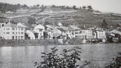 Reproducción de una fotografía de Pereira del viejo Portomarín