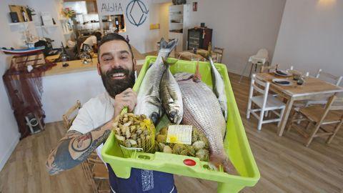 Leo con el producto que trae de las lonjas de Fisterra, Malpica y A Coruña