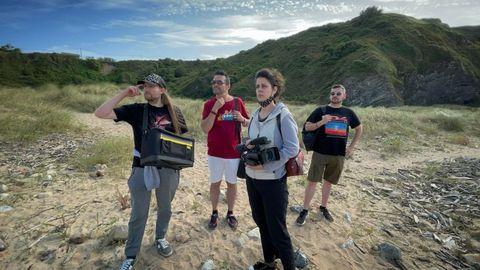 El cineasta gijonés Roberto F. Canuto, junto a parte del equipo del rodaje de la producción asturchina Circulos sobre agua, bajo nubes de algodón, que grabará en Asturias junto al realizador chino Xu Xiaoxi